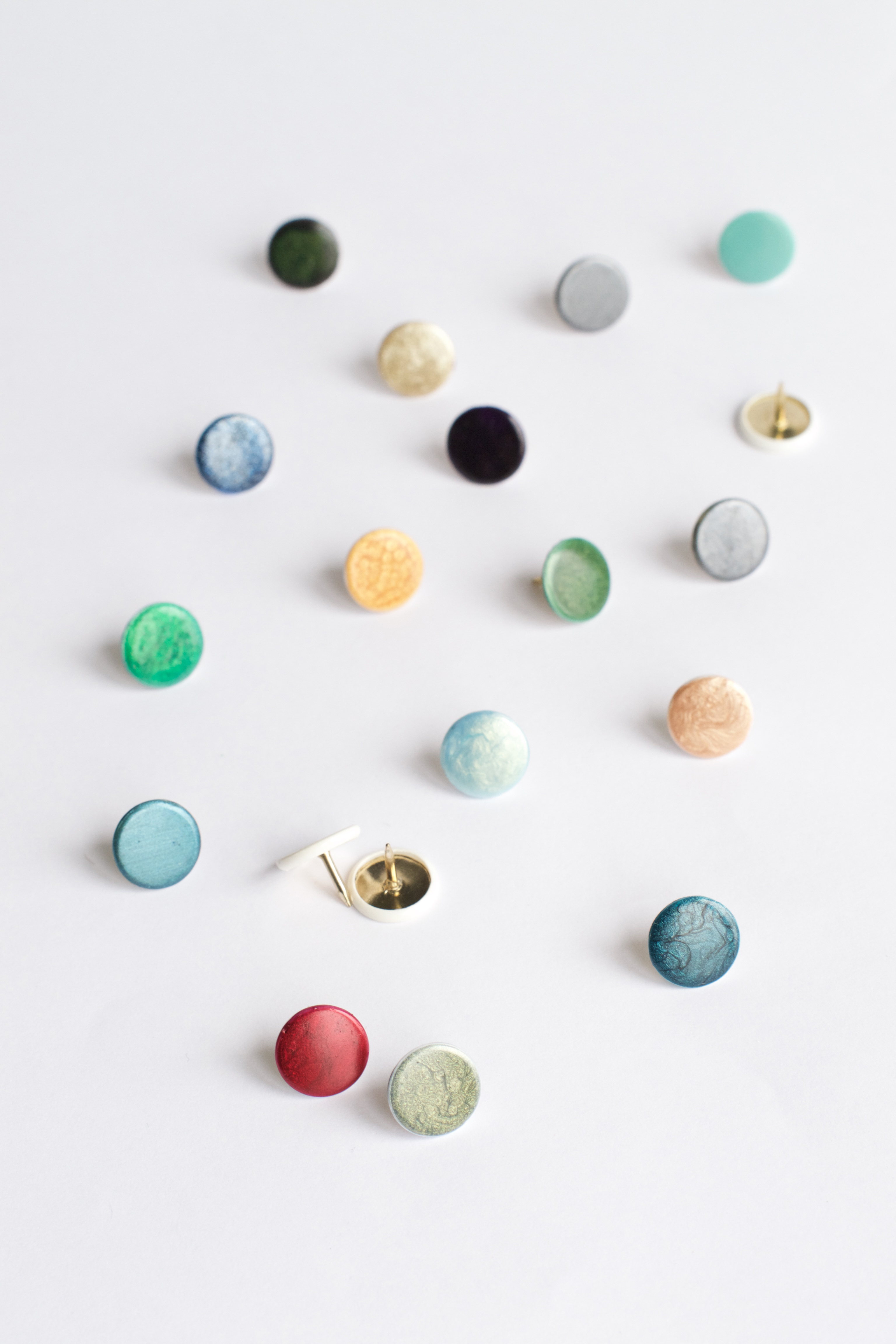 DIY Nail Polish Thumbtacks Tutorial + Marbled Thumbtacks - HUNGRY HEART