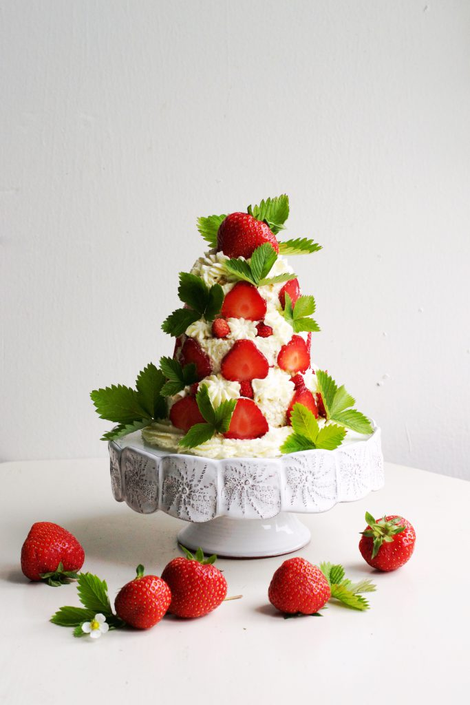 Mini Cake with Strawberries and Whipped Cream Recipe | HungryHeart.se
