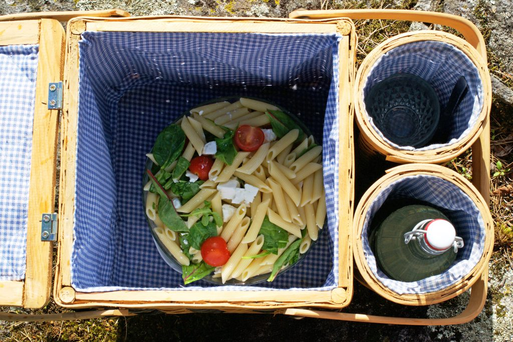 Picnic Food in a Basket | HungryHeart.se