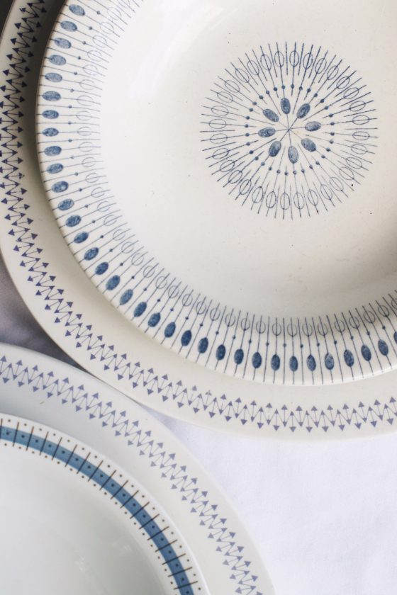 White and blue plates from flea market | HungryHeart.se